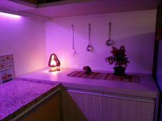 Morar mais Brasília 2013 | Iluminação que muda de cor na área da bancada - interessante ou desnecessário? #interiordesign #light #cozinha #home #morarmais