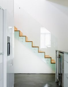 Escaleras modernas con barandilla de cristal