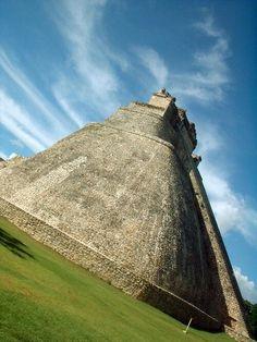 Pirámide del adivino, Uxmal, México.