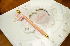 O caderno de recadinhos para a Laura também seguiu o padrão real, com detalhes de carruagens e brilho!12