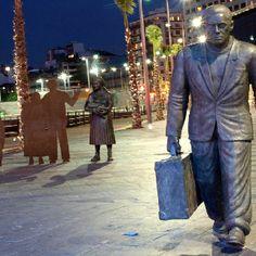 Monumento al emigrante en la ciudad de Vigo, España por el escultor Ramón Conde.