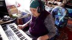 Бабушка чудесно поет и играет на синтезаторе