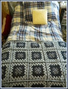 Blue, Granny Square, Baby Blanket / Consists of 20 Traditional Granny Squares. The pattern is written 2 days. One with and one without repeat symbols.