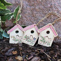 Domeček s ptáčkem a růžovou střechou