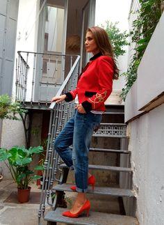 Tras la pista de Paula Echevarría » RED JACKET Military Chic, Military Style Jackets, Military Fashion, Military Jacket, Red Flats Outfit, Diy Fashion, Fashion Looks, Autumn Street Style, Jeans