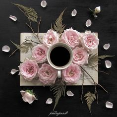 Coffee and flowers.two of my favourite things 💟 Coffee And Books, Coffee Love, Coffee Break, Coffee Shop, Ikebana, Coffee Drinks, Coffee Cups, Coffee Pictures, Tea Art