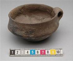 Early Nordic Bronze Age ceramic mug found in Botkyrka, Södermanland, Sweden. Historiska museet Sweden.