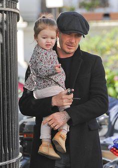 Familie Beckham: 23. April 2013 Nach dem Ausflug zu Davids Fußballclub nach Paris sind Harper und ihr Papa wieder zusammen in London unterwegs.