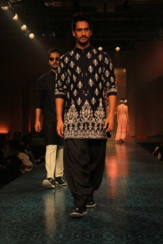 Indian Designer Manish Malhotra Presents Mijwan Collection 2015 Indian Man, Indian Groom, Indian Men Fashion, Mens Fashion, Kurta Men, Vogue Wedding, Manish Malhotra, Groom Outfit, Wedding Show