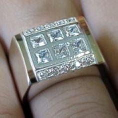 Anel em Prata com zirconias e dois apliques de ouro. Medidas da parte de cima: 17x13 mm. Peso medio: 7,7 g. <br>Tamanhos do 11 ao 28 <br>Informe seu tamanho