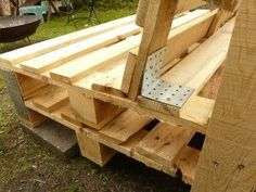 pallet bank-side - All About Balcony Garden Furniture Design, Pallet Garden Furniture, Outside Furniture, Diy Furniture, Garden Design, Herb Garden Pallet, Diy Herb Garden, Pallet Couch, Pallet Benches