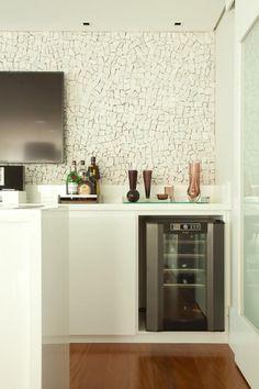 Projeto de reforma e interiores de um apartamento de 250 m2 na Vila Olímpia, São Paulo. Detalhe de varanda gourmet. Decoration, Liquor Cabinet, Bubbles, Projects To Try, Wallpaper, Storage, Table, Furniture, Design