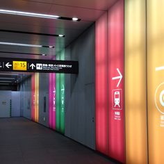 Sign design using color coding to guide users. Colour in wayfinding signage design. Environmental Graphic Design, Environmental Graphics, Park Signage, Navigation Design, Wayfinding Signs, Airport Design, Public Space Design, Sign System, Information Graphics