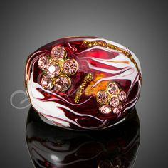 Anillo esmaltado con cristal austriaco Anillo con un diseño elegante, con cristal austriaco formando delicadas flores y terminación esmaltada con acabado de alta calidad.