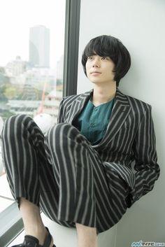 出演するごとにストイックな役作りが話題になる俳優・菅田将暉。そんな彼が、なぜ映画『明鳥』の主演を恐れていたのか? 答えを探る中で、いくつかのヒントと共に俳優としての魅力が見えてきた。