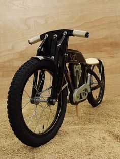 Moto niño madera - no luck finding a link, Toy - my guess Wooden Bicycle, Wood Bike, Kids Ride On, Kids Bike, Kids Cycle, Making Wooden Toys, Push Bikes, Motorcycle Types, Balance Bike