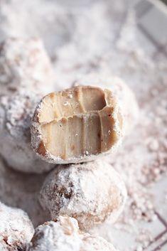 1 dl grädde 200 g vit choklad dl nötcreme Best Dessert Recipes, Candy Recipes, No Bake Desserts, Raw Food Recipes, Sweet Recipes, Homemade Sweets, Homemade Candies, Christmas Sweets, Christmas Baking
