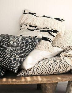 H&M Home : notre sélection déco à moins de 40 € - Elle Décoration Grand Vase En Verre, H & M Home, Decoration, Throw Pillows, Blanket, Modeling, Building, Large Laundry Basket, Dekoration