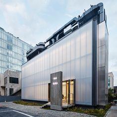 압구정로 대로변 엠포리오 아르마니 매장 옆 틈새 작은 대지에 스웨덴 패션 브랜드 아크네 스튜디오 단독 플래그쉽 스토어로 진행된 본 프로젝트는 외부 직사각형 매스 위에 설비 시설물을 배치하여, 단순하며, 기계적이고, 산업적인 이미지가 결합된 형태의 건축물로 진행되었다. 외벽은 유백색의 단파론 판넬 마감으로 은은한 자연채광이 실내로 유입되며, 야간에는 반대로 실내조명이 외부로 투영되어 그 존재감을 드러낸다. 매장 내부는 다양한 질감의 노출콘크리트와 차가운 금속판넬로 마감되어, 아크네 스튜디오의 브랜드 정체성을 건축적 언어로 풀어서 진행하였다.