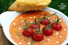Tomatencremesuppe mit Kirschtomaten aus der Pfanne und Röstbrot