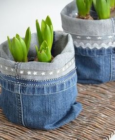 Recycling jeans and furnishing a house. Today, we have selected for you 20 ideas to furnish home recycling old jeans. Artisanats Denim, Denim Fabric, Jean Crafts, Denim Crafts, Basket Crafts, Denim Ideas, Old Jeans, Flower Pots, Diy Flower