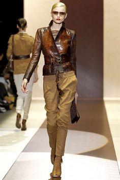 кожаная коричневая куртка и брюки цвета хаки