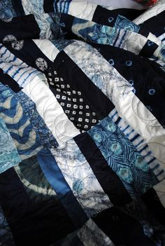 Quilt by Cassandra Ellis; I adore the mix if colours and patterns she used in this quilt. She's made a simple strip pattern magical! Saídos da Concha: Quilts & Quilting :: Contemporary Quilts