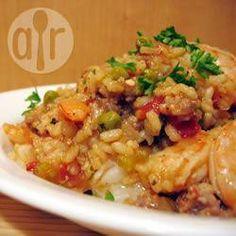 En esta paella, el chorizo colorado aporta color y gran sabor al pollo y al arroz resultando en un plato contundente y gustoso.