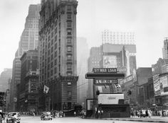 STRANGE WWII PICTURES - HUGE 4 STORY CASH REGISTER ON NEW YORK DOWNTOWN WITH RUNNING TOTAL OF WAR BONDS SOLD!