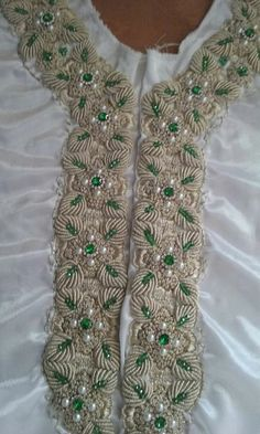 Zardosi Embroidery, Pearl Embroidery, Embroidery Stitches, Kaftan, Punjabi Suits Designer Boutique, Kamiz, Hand Embroidery Designs, Neck Pattern, Party Wear