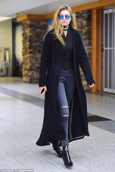 Gigi Hadid looks sensational in all-balck for Zayn Malik reunion Jet-setting chic: The latest Victoria's Secret recruit looked nothing short of sensational in a pair of ripped skinny jeans, a plain black top and a flowing duster coat Gigi Hadid Jeans, Style Gigi Hadid, Gigi Hadid Looks, Gigi Hadid Outfits, Star Fashion, Fashion Outfits, Womens Fashion, Fashion Weeks, Ladies Fashion