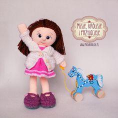 Misie, królisie i przyjaciele!: Lala z drewnianym konikiem