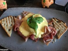 Eggs Benedict in Vienna (Part 2) - they still look different in every place Breakfast Dishes, Best Breakfast, Avocado Bread, Breakfast Around The World, Eggs Florentine, Rosemary Potatoes, Ham And Eggs, Slice Of Bread, Poached Eggs