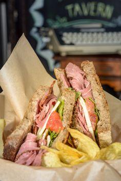 Sandwich de pan de centeno, pastrami, salsa rosa, pepinillos, tomate, provolonne y mezclum. Guzman el bueno, 34 28015 Madrid