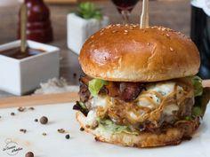 Burger au bacon et au bleu (Bleu Cheese and Bacon Burger) | La Cuisine d'Adeline Hamburger Recipes, Bacon Recipes, Healthy Recipes, Food Truck, No Cook Meals, Street Food, Food Inspiration, Adeline, Food Porn