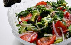 Cum mereu am spus,salatele nu trebuie sa lipseasca sub nicio forma din meniul … Avocado, Interior Design Kitchen, Caprese Salad, Quinoa, Mac, Chicken, Recipes, Kitchen Small, Food