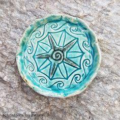 kleine Schale für Räucherkegel aus Keramik...von kreativesbypetra #Keramik #ceramik #ton #töpfern #töpferei #DIY #handmade #handgefertigt #Handwerk #kunstwerk #Unikat #geschenk #present #pottery #schale #räucherschale #räucherkegel #Glasur #glaze #glasurbrand #Esoterik #spirituell #Spiritualität #duft #düfte #botz #plattentechnik #Schildkröte #turtle #smoke #holysmokers #tray Petra, Decorative Plates, Home Decor, Mandalas, Spiritual, Mosaics, Clay, Artworks, Craft Work