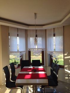 firany na wykusz ażury Curtains With Blinds, Valance Curtains, Boston House, Cottage Windows, Classy Living Room, Shades Blinds, Kitchen Curtains, Beautiful Homes, Interior