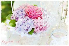 Rosen und Hortensien in kleinen Blumenkörbchen, als Tischschmuck zur Hochzeit. http://de.dawanda.com/shop/Wohngeschichten-von-K/2067734-H-O-C-H-Z-E-I-T