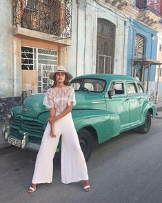 A car and woman - Havana Cuba Fashion, Foto Fashion, Cruise Outfits, Vacation Outfits, Cuba Outfit, Cuba Pictures, Cuba Street, Havana Nights Party, Panama