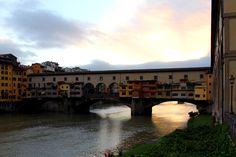 Ponte Vecchio, Firenze, Italy L'Arno, prima di correre alla foce, canta baciando piazza Santa Croce, e il suo canto è sì dolce e sì sonoro che a lui son scesi i ruscelletti in coro! Così scendanvi dotti in arti e scienze a far più ricca e splendida Firenze!