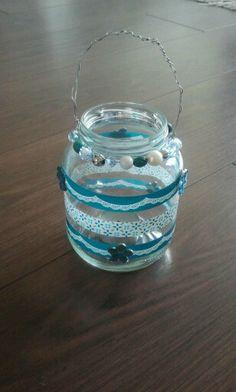 Windlicht van glazen pot beplakt met siertape, plakbloemetjes en ijzerdraad met kralen om de hals!! Beach Crafts, Fun Crafts, Crafts For Kids, Mason Jar Crafts, Mason Jars, Recycled Jars, Craft Club, Spring Crafts, Glass Jars