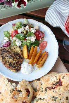 Gyrosschnitzel mit Salat, Kurkuma-Kartoffelspalten und…