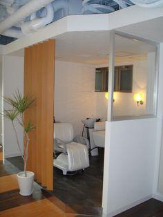 【aileplus セットエリア】白を基調に、お客様が気持ちよく来店できるようシンプルな作りに。 Interior, Interior Design, Salon Interior Design, Studio