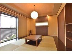 Onocom Design Center 掘りごたつがある和室。埋め込み型の照明や壁のアクセントクロスが素敵な和モダンな部屋。