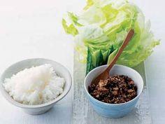 土井 善晴 さんの「肉みそ レタス包み」。レタスでご飯と肉みそを包んで食べる夏向きの一品。ひき肉を入れたらよく焼きつけるのがおいしく仕上げるポイントです。 NHK「きょうの料理」で放送された料理レシピや献立が満載。