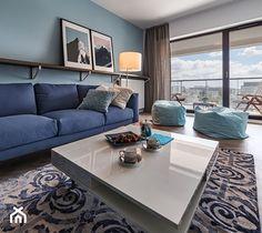 KONSTRUKTORSKA WARSZAWA - Średni salon z tarasem / balkonem, styl nowoczesny - zdjęcie od PRACOWNIE WNĘTRZ KODO - homebook Couch, Living Room, Classic, Table, Furniture, Design, Home Decor, Derby, Settee