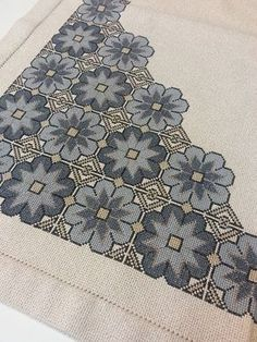 This post was discovered by Paca Sánchez. Discover (and save!) your own Posts on Unirazi. Celtic Cross Stitch, Cross Stitch Tree, Cross Stitch Borders, Cross Stitch Flowers, Cross Stitching, Cross Stitch Patterns, Wool Embroidery, Cross Stitch Embroidery, Embroidery Patterns