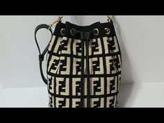 Crochet Bag Tutorials, Fendi Bags, Tapestry Crochet, Crochet Handbags, Branded Bags, Design Case, Handmade Bags, Mini Bag, Bucket Bag
