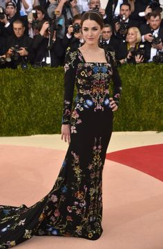 Anna Wintour's daughter wore garden-party couture in a masterfully crafted black gown from Sarah Burton at Alexander McQueen.<i>(Photo: Getty Images)</i>